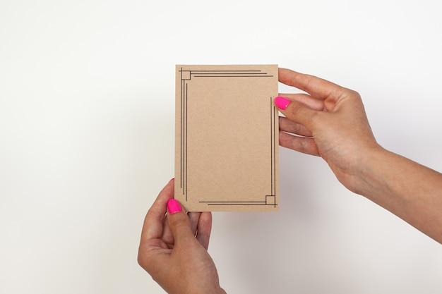 Bela nota de acompanhamento mediante modelos de entrega mão feminina segurando um cartão de visita vazio no ...