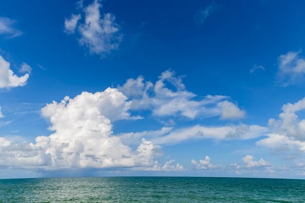 Bela nuvem branca e céu azul com o mar em mai khao beach phuket, tailândia. conceito de tempo de viagem de dia ensolarado.