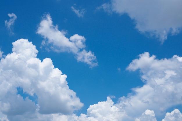 Bela nuvem branca na natureza do céu azul para o fundo