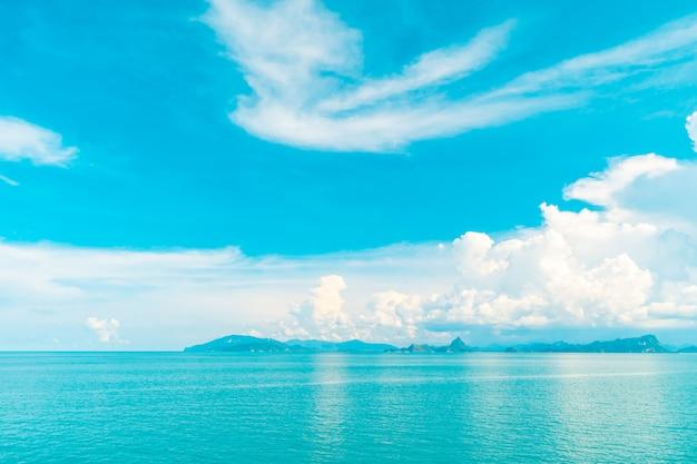 Bela nuvem branca no céu azul e mar ou oceano