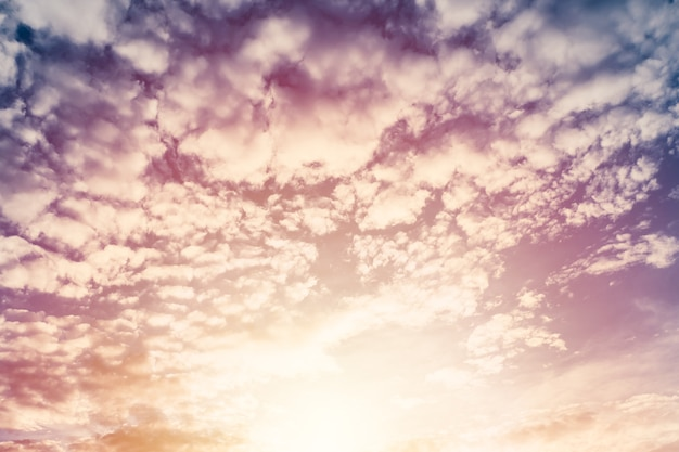 Bela nuvem inchada céu crepuscular com sol brilhante