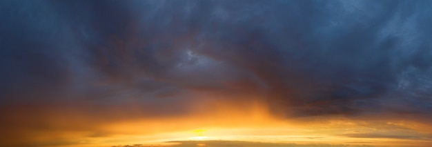 Bela nuvem no fundo do céu ao nascer do sol. fundo de banners do céu. fundo natural do colorido panorama do céu.