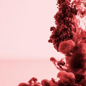 Bela nuvem vermelha escura de tinta