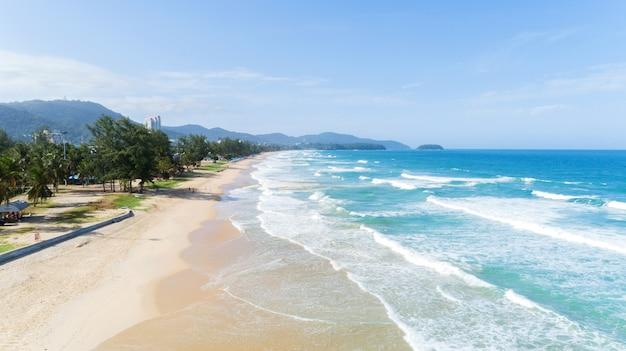 Bela onda batendo na costa arenosa na praia de karon em phuket tailândia