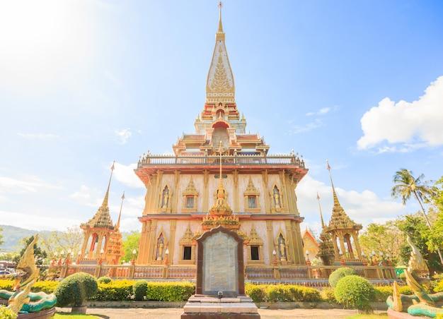 Bela pagode em wat chalong ou wat chaitararam templo em phuket