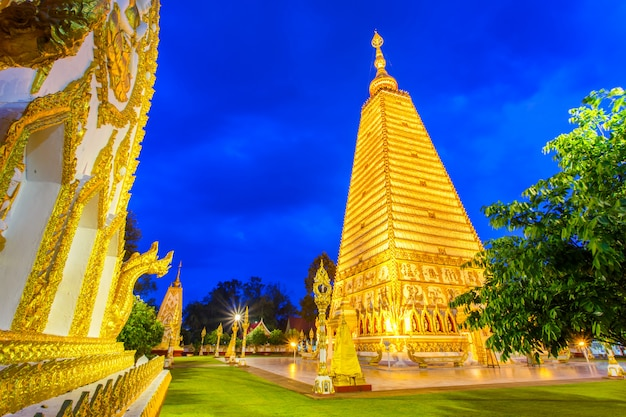 Bela pagode wat phrathat nong bua templo no período nocturno em ubon ratchathani, tailândia