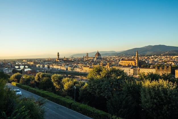 Bela paisagem acima, panorama da vista histórica de florença do ponto da piazzale michelangelo. de manhã.
