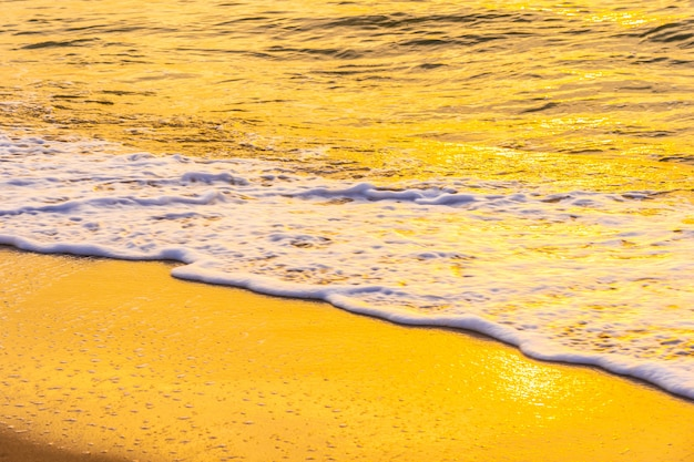 Bela paisagem ao ar livre do mar e praia tropical no pôr do sol ou nascer do sol