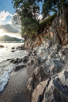 Bela paisagem ao nascer do sol de altas falésias na costa do mar