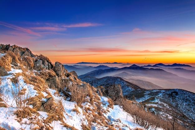 Bela paisagem ao pôr do sol no parque nacional deogyusan no inverno, coreia do sul
