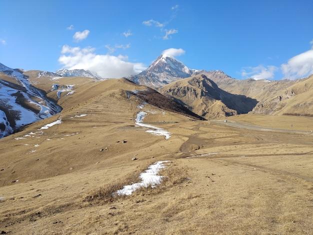 Bela paisagem ao redor da montanha kazbek no município de stepantsminda kazbegi, geórgia