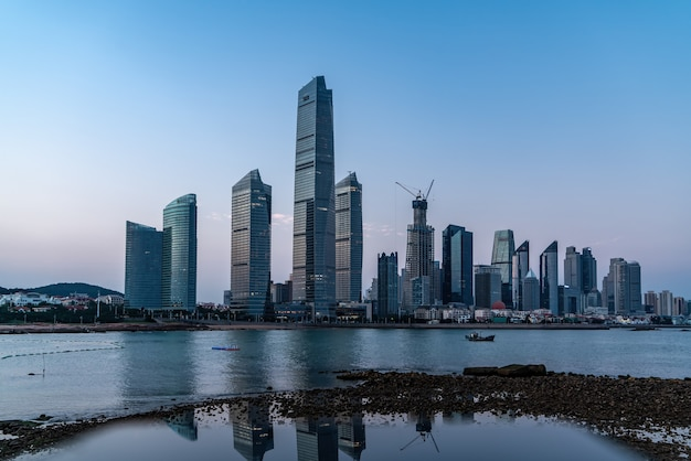 Bela paisagem arquitetônica do litoral em qingdao, china