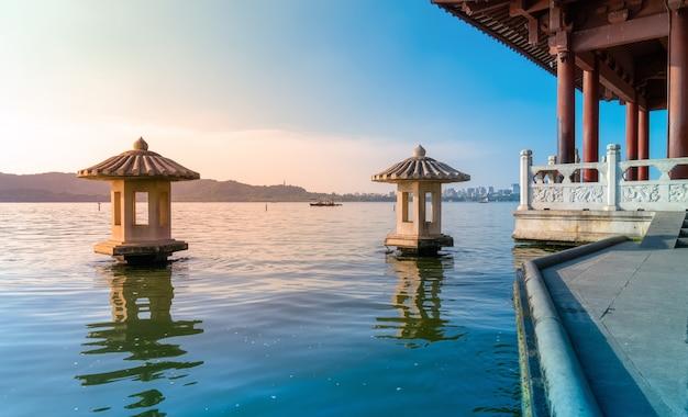Bela paisagem arquitetônica e paisagem do lago oeste em hangzhou