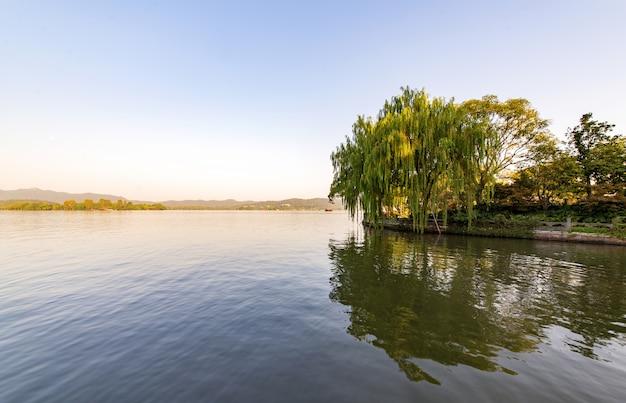 Bela paisagem arquitetônica e paisagem em west lake, hangzhou