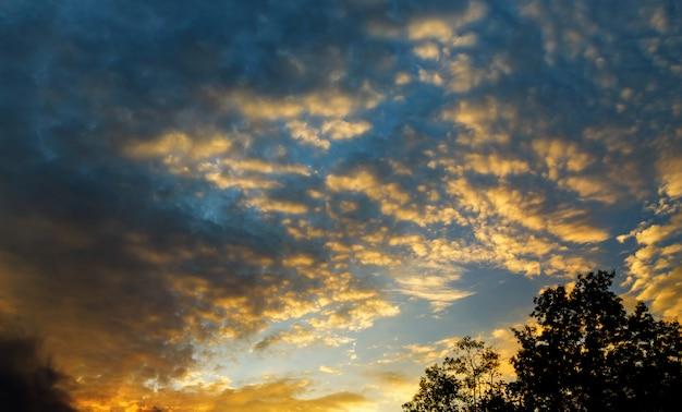 Bela paisagem celestial com o sol nas nuvens