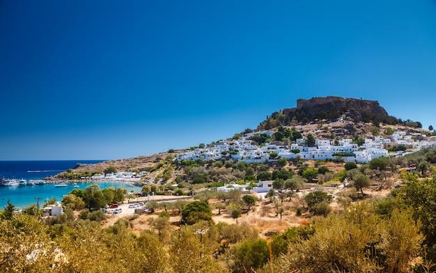 Bela paisagem com a aldeia de lindos na ilha de rodes, grécia