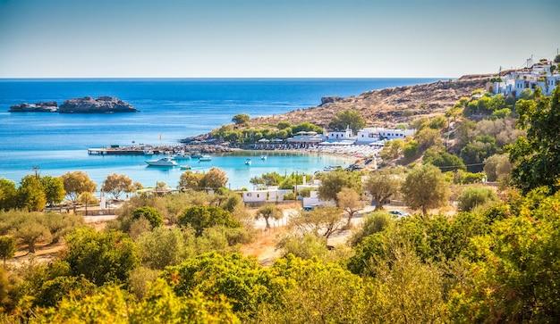 Bela paisagem com a praia de lindos, ilha de rodes, grécia