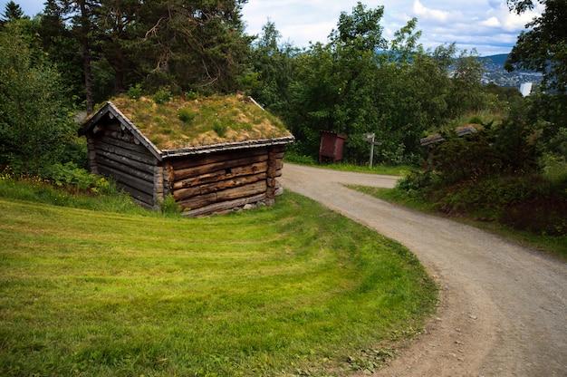 Bela paisagem com antiga casa histórica antiga na noruega