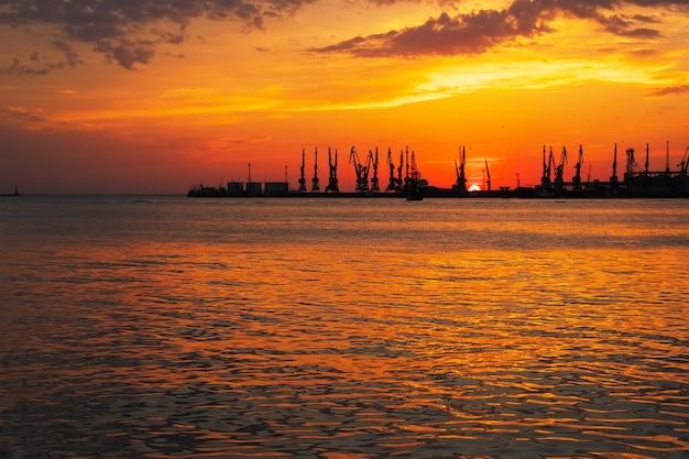 Bela paisagem com céu ardente do sol e mar.