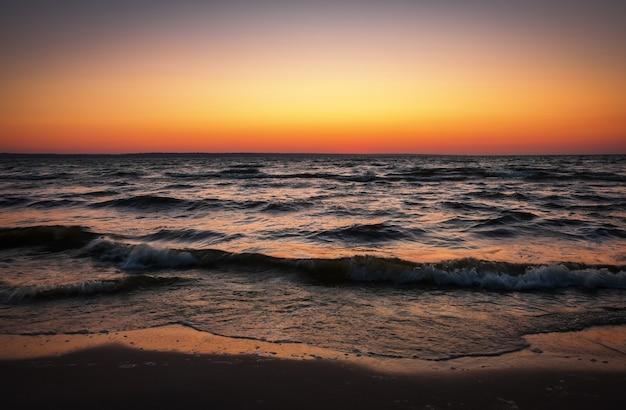 Bela paisagem com céu mar e pôr do sol. composição da natureza