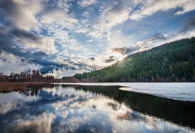 Bela paisagem com céu nublado