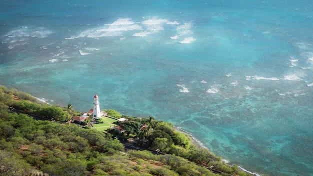Bela paisagem com farol branco e oceano azul do havaí