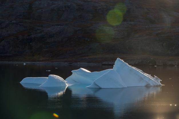 Bela paisagem com iceberg na groenlândia no horário de verão. tempo ensolarado.