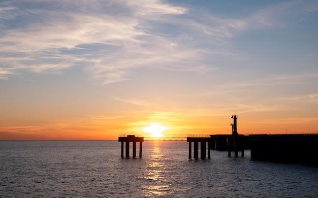 Bela paisagem com mar e sol