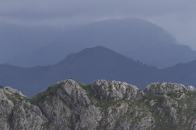 Bela paisagem com montanhas durante o dia