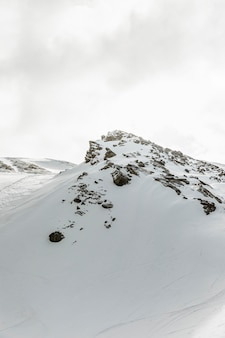 Bela paisagem com montanhas rochosas