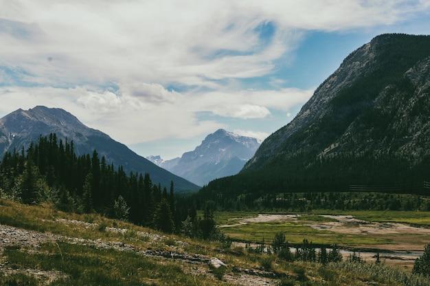 Bela paisagem com montanhas sob o céu nublado