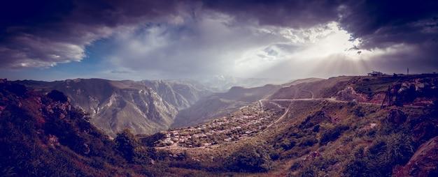Bela paisagem com montanhas verdes e magnífico céu nublado no pôr do sol. explorando armênia