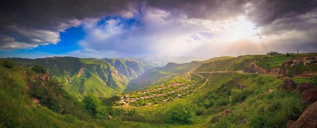 Bela paisagem com montanhas verdes e um magnífico céu nublado ao pôr do sol, explorando a armênia