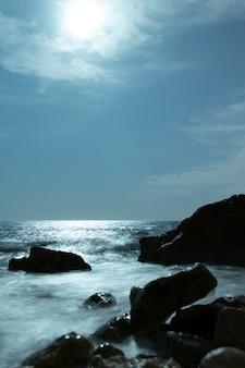 Bela paisagem com pedras perto do oceano