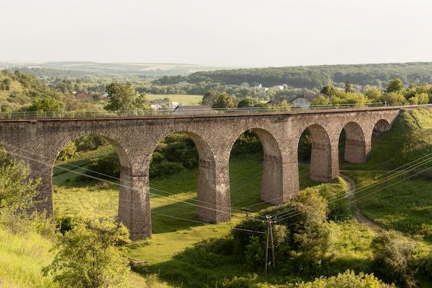 Bela paisagem com ponte velha