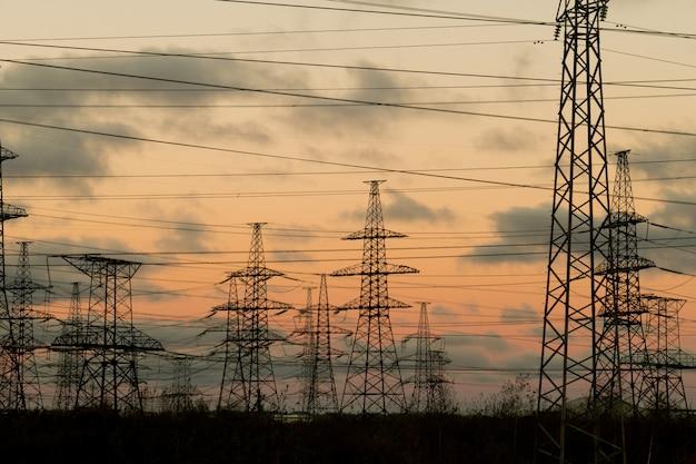 Bela paisagem com postes de alta tensão e linhas de energia