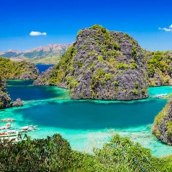 Bela paisagem da água azul