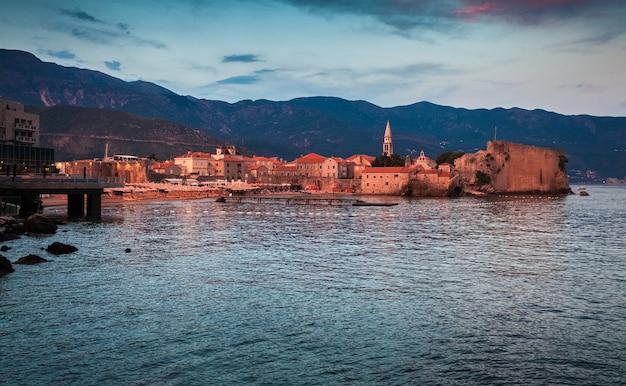 Bela paisagem da antiga cidade litorânea no início da manhã