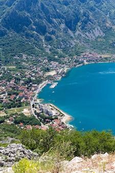 Bela paisagem da baía de kotor em dia de verão, montenegro, mar adriático. vista aérea.