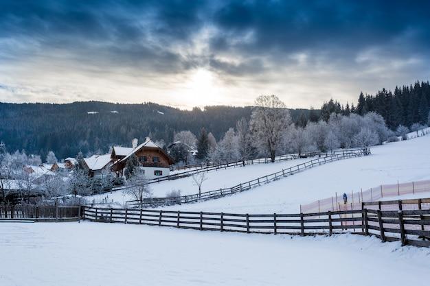 Bela paisagem da cidade alpina nas montanhas cobertas de neve