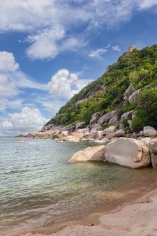 Bela paisagem da costa do mar e vegetação nas montanhas em um dia ensolarado na tailândia