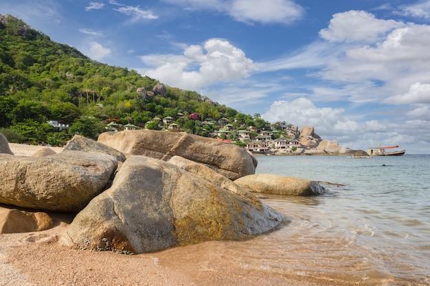Bela paisagem da costa do mar em um dia ensolarado na tailândia