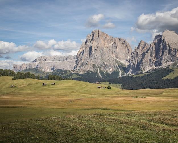 Bela paisagem da montanha plattkofel em compatsch itália
