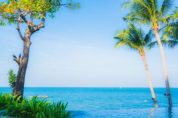 Bela paisagem da piscina ao ar livre no hotel resort