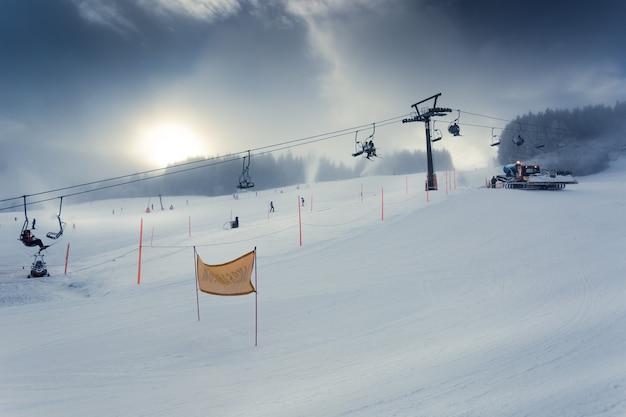 Bela paisagem da pista de esqui alpina com teleférico em funcionamento