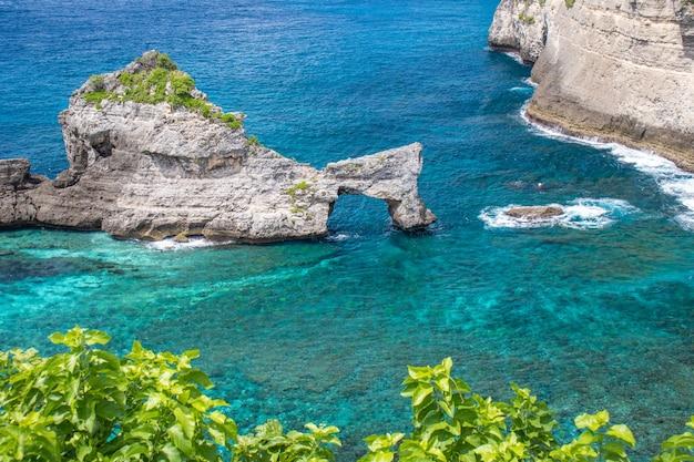 Bela paisagem da praia de atuh em nusa penida bali indonésia