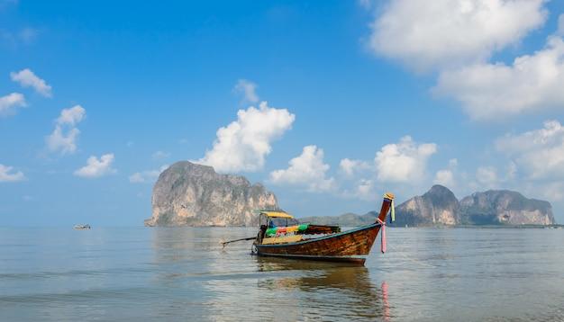 Bela paisagem da praia de pak meng em trang, tailândia