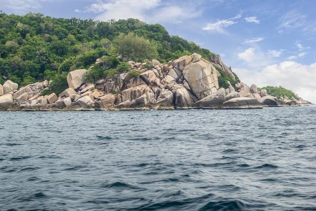 Bela paisagem da terra do mar em um dia ensolarado na tailândia