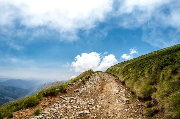 Bela paisagem das montanhas dos cárpatos ucranianos e céu nublado.