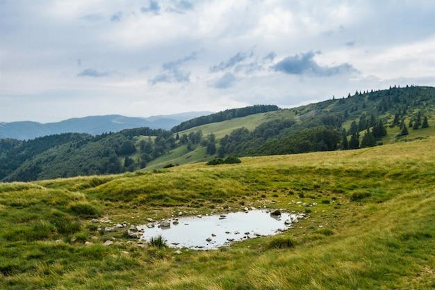 Bela paisagem das montanhas dos cárpatos ucranianos.